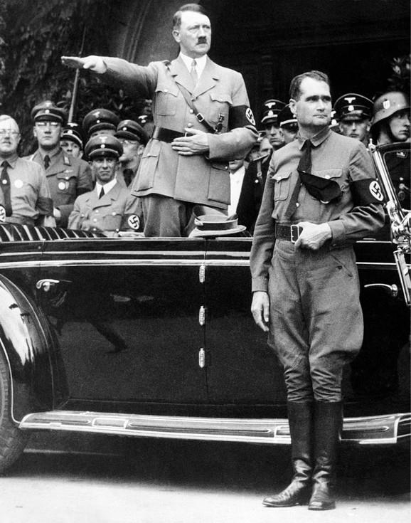 Hitler i Gebels u pozadini
