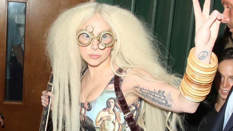 Lady GaGa – hipiska w sukience Dolce & Gabbana przed londyńskim studio – 26 października 2013