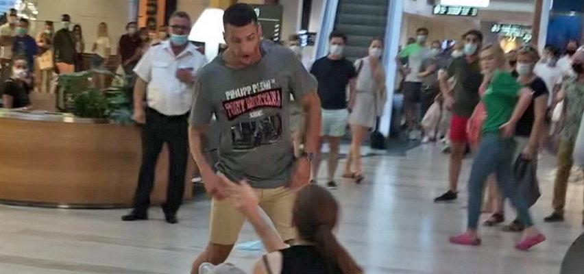 Oto film z ataku nożownika w warszawskim centrum handlowym! [+18] Krew na posadzce, panika i ciosy, na które trudno patrzeć!