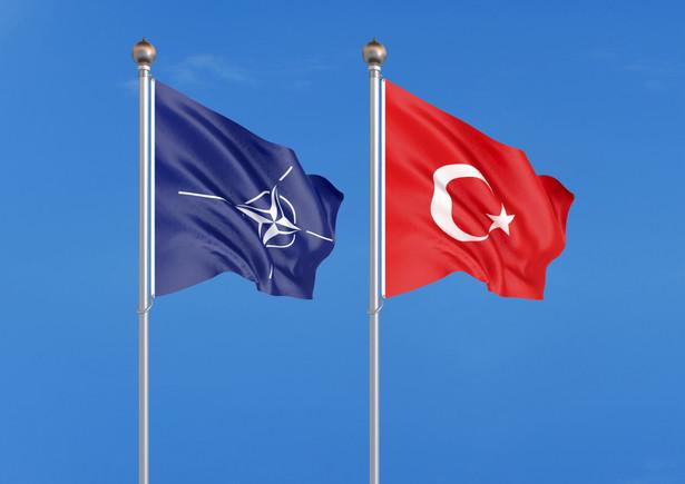 Prezydenci USA i Francji, Donald Trump i Emmanuel Macron, którzy we wtorek rozmawiali przez blisko godzinę na marginesie szczytu NATO, nie zgadzają się w ocenie Turcji jako członka NATO - pisze Associated Press.