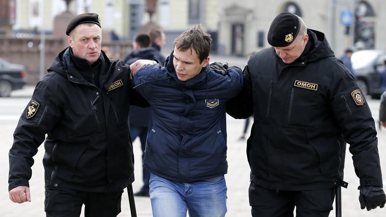 Policja aresztuje jednego z protestantów w Mińsku