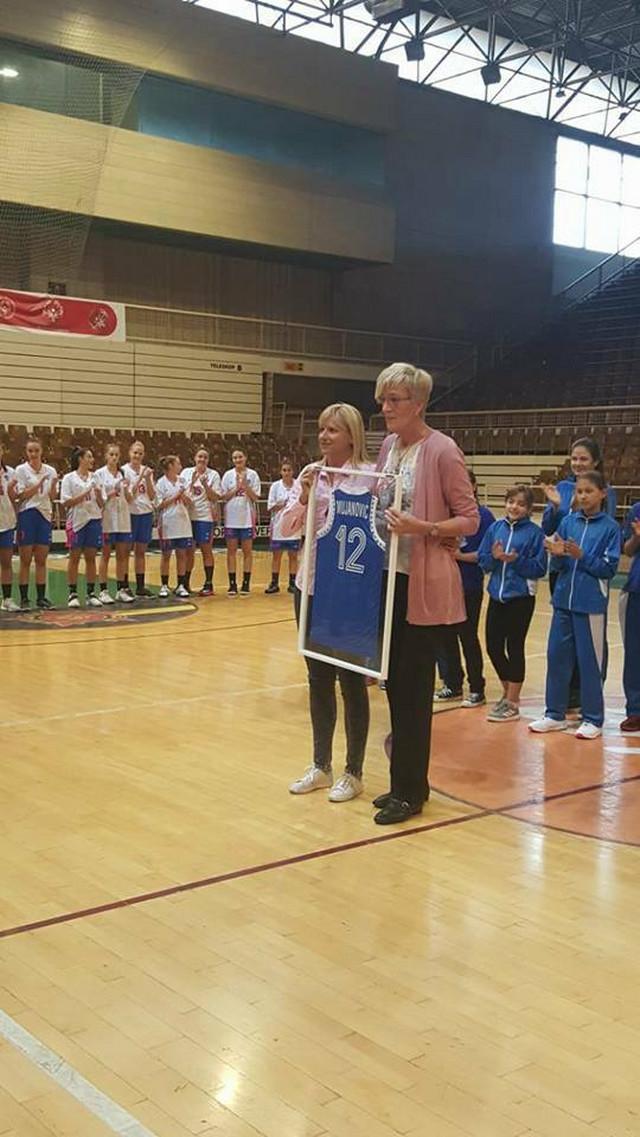 Ana Joković predaje dres Raziji Mujanović