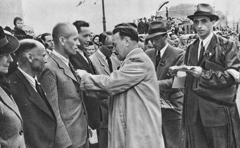 Bolesław Bierut dekorujący przodowników pracy na odbudowanym moście Poniatowskiego w Warszawie (rok 1946)