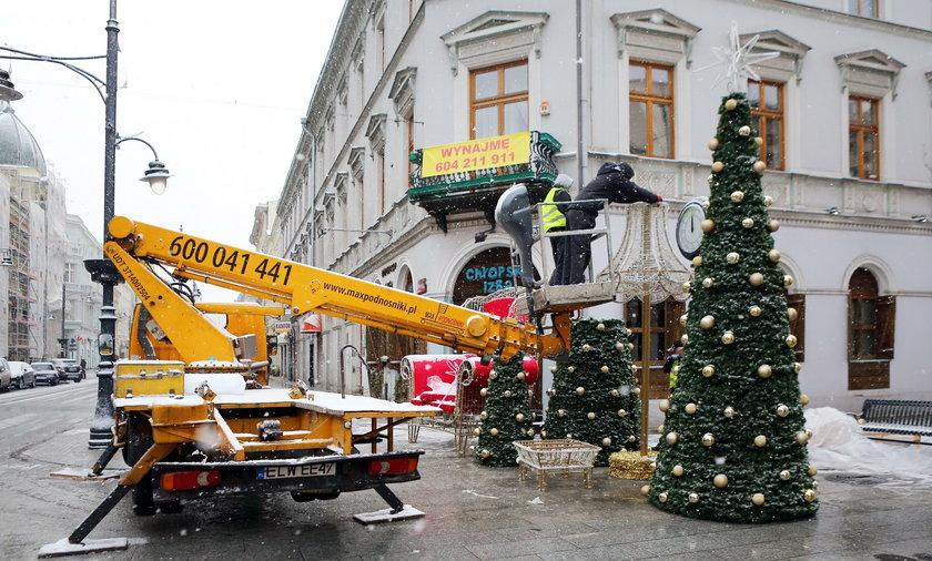 Montaż świątecznych dekoracji na Piotrkowskiej
