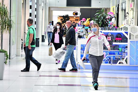 Posetioci tržnih centara poštovali su rastojanje i nosili neophodnu opremu