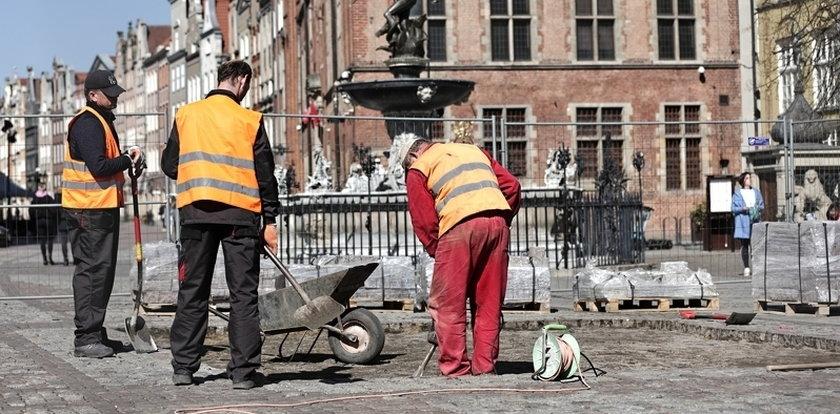 Długi Targ doczeka się remontu? Przygotowania trwają już... 2 lata! Teraz robotnicy układają tu nową kostkę, ale tylko... na próbę!
