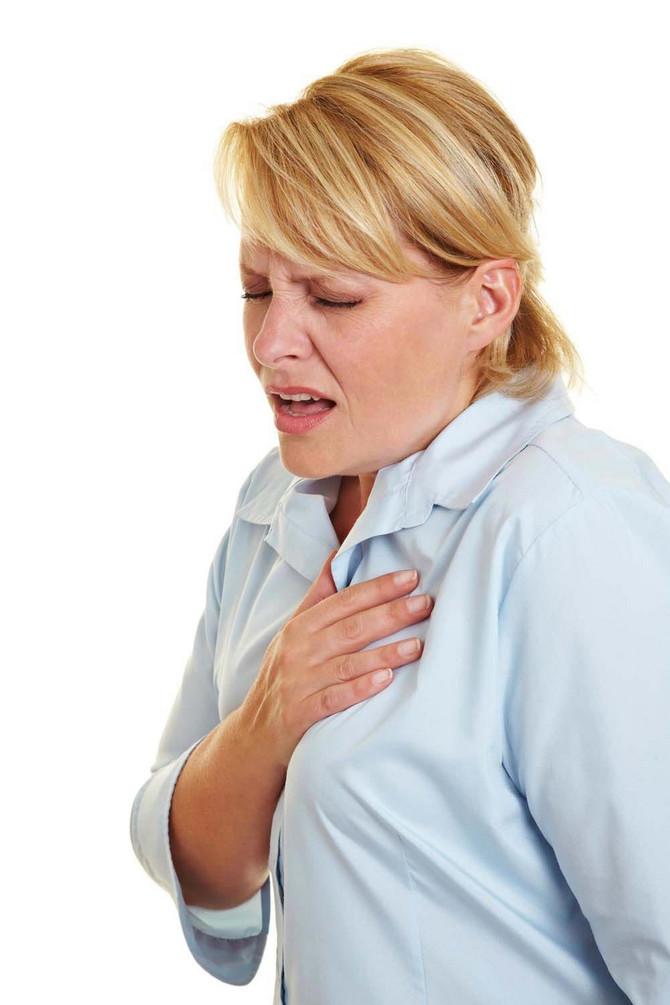 Konstantno visok pritisak, preko 160/100 mmHg, koji traje godinama, slabi srčani mišić i nastaje srčana insuficijencija. Takvo srce nije u stanju da izdrži povećani napor zbog bolesti pluća izazvane korona virusom. Tada srce popušta, pa dolazi i do smrti zbog srčanog zastoja