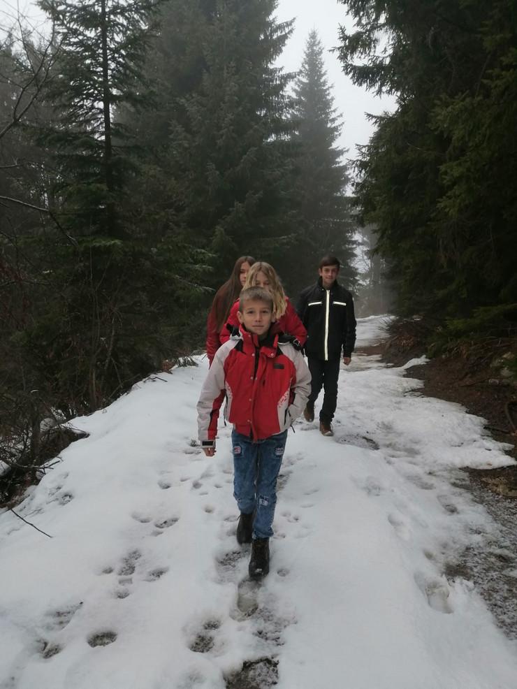 Kroz sume i preko goleti malisani iz Blata putuju i cetiri sata do skole 2 foto Z Saponjic