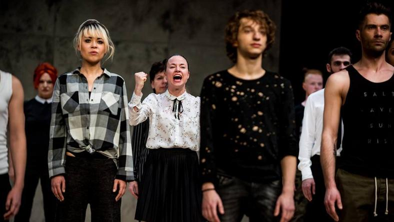 """Scena ze spektaklu """"Hymn do miłości"""" Teatr Polski w Poznaniu"""