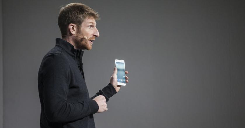 Google Pixel to pierwszy telefon sygnowany w całości przez firmę. Na zdjęciu: Brian Rakowski, wicedyrektor działu ds. zarządzania produktami