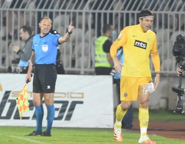 Povređeni golman FK Partizan Vladimir Stojković napušta derbi sa Zvezdom u Kupu Srbije