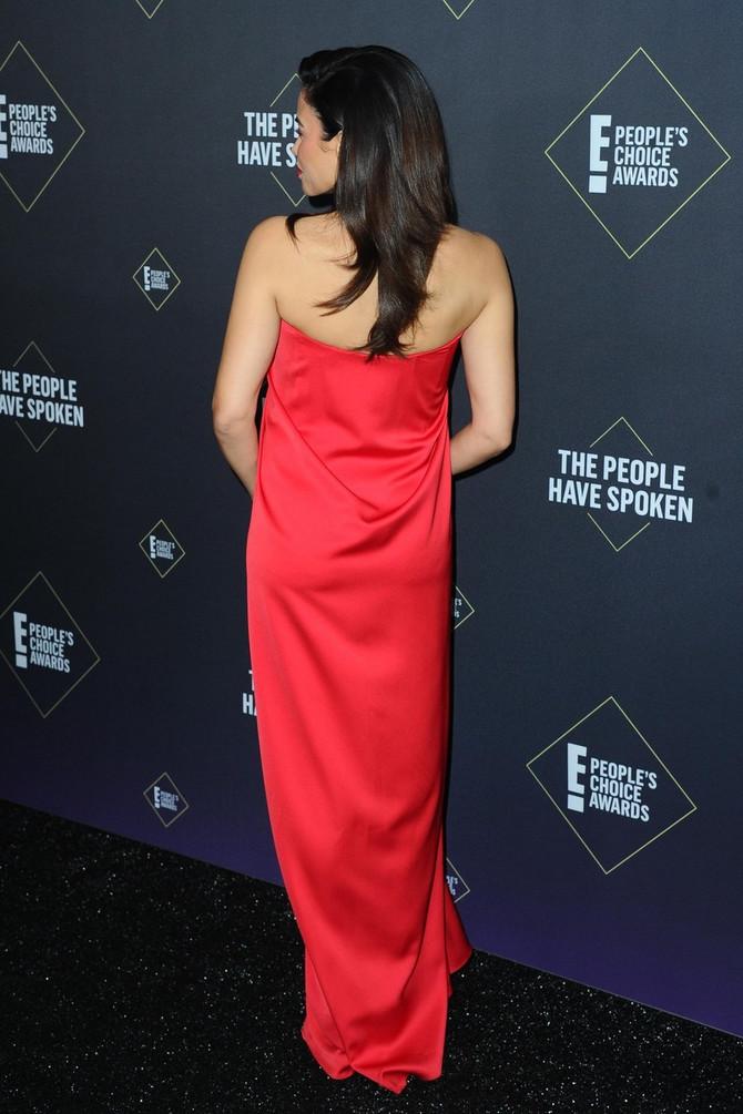 Džena Devan u crvenom na crvenom tepihu