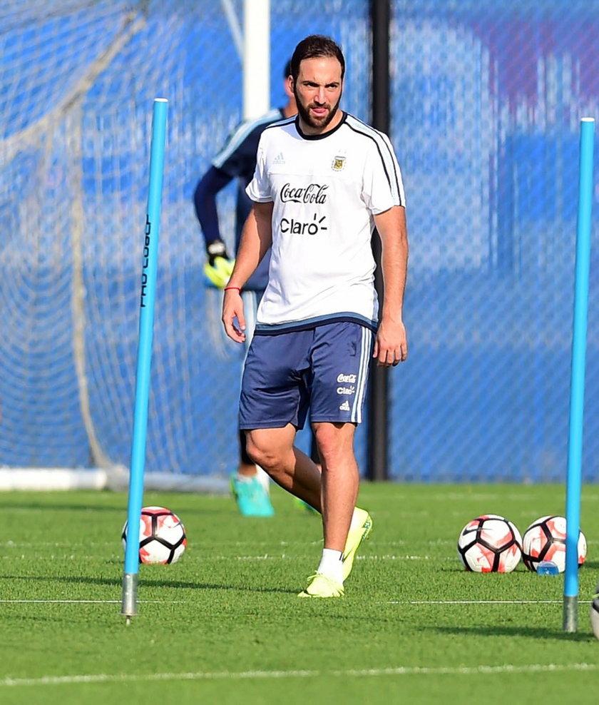 """Fabrizio Romano, dziennikarz """"Sky Sport Italia"""" i """"The Guardian"""" poinformował, że w piątek Gonzalo Higuain przeszedł testy medyczne w Madrycie i podpisał już umowę z Juventusem Turyn. Kontrakt króla strzelców ma obowiązywać do 2020 roku, a w tym czasie Arg"""