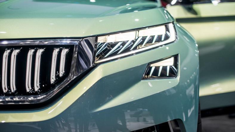 Z danych opublikowanych przez JATO Dynamics wynika, że samochody klasy SUV w 2015 sprzedawały się w Europie najlepiej - zdobyły przeszło 22 proc. rynku (2014 - ok. 19 proc.). W historii motoryzacji na Starym Kontynencie podobne zjawisko jeszcze nie miało miejsca. Kierowcy w minionym roku kupili 3,2 mln sztuk tego rodzaju aut, SUV-y zepchnęły z podium samochody klasy forda fiesty czy volkswagena polo (udział w rynku - 21,99 proc.).Skoda umie liczyć i postanowiła zagarnąć jak najwięcej z tego rynku - inżynierowie czeskiej marki stworzyli nowy model SUV. Oto najnowszy olbrzym, który w kompleksy może wpędzić nawet… Audi.