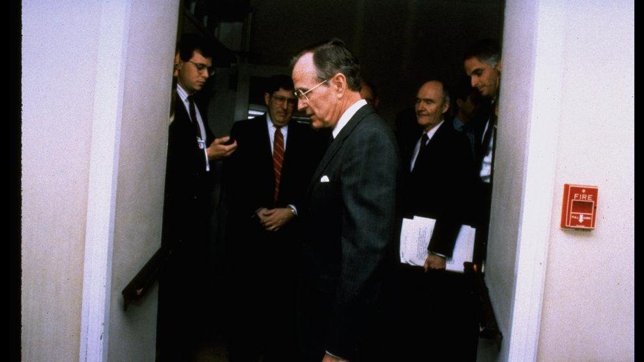 Prezydent. George Bush (na pierwszym planie) z doradcami podczas rozmowy o nowej propozycji rozbrojeniowej Michaiła Gorbaczowa, listopad 1989 r. Brent Scowcroft drugi od prawej, z dokumentami w ręku