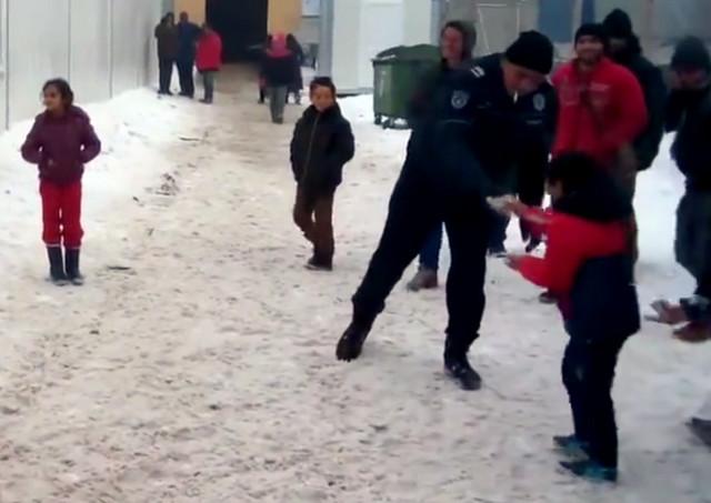 Prvi put na snegu: Cilj policajaca bio je da malo razvesele mališane