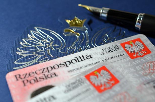 Minister Janusz Cieszyński przypomniał podczas wtorkowej konferencji prasowej przed urzędem miasta Otwocka, że w parlamencie przeprowadzana była ustawa, która przesunęła termin wdrożenia dowodów z drugą cechą biometryczną.