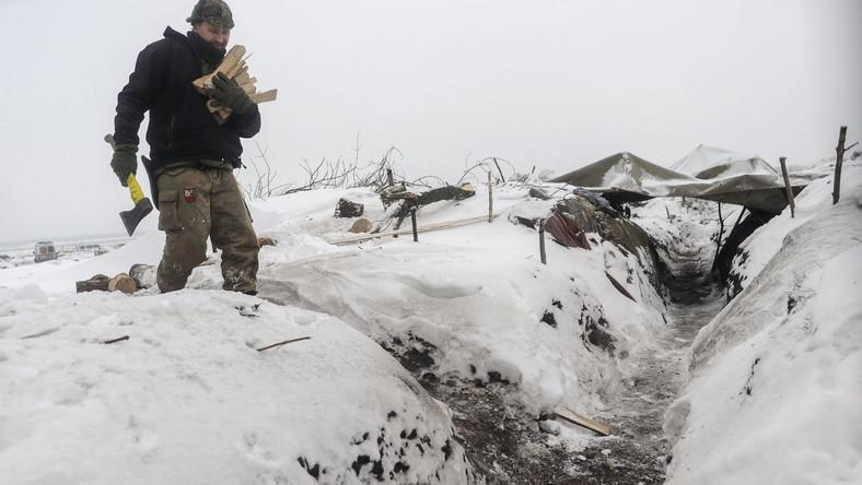 """Ukraiński żołnierz z ochotniczego batalionu """"Donbas"""" na pozycjach we wschodniej Ukrainie"""