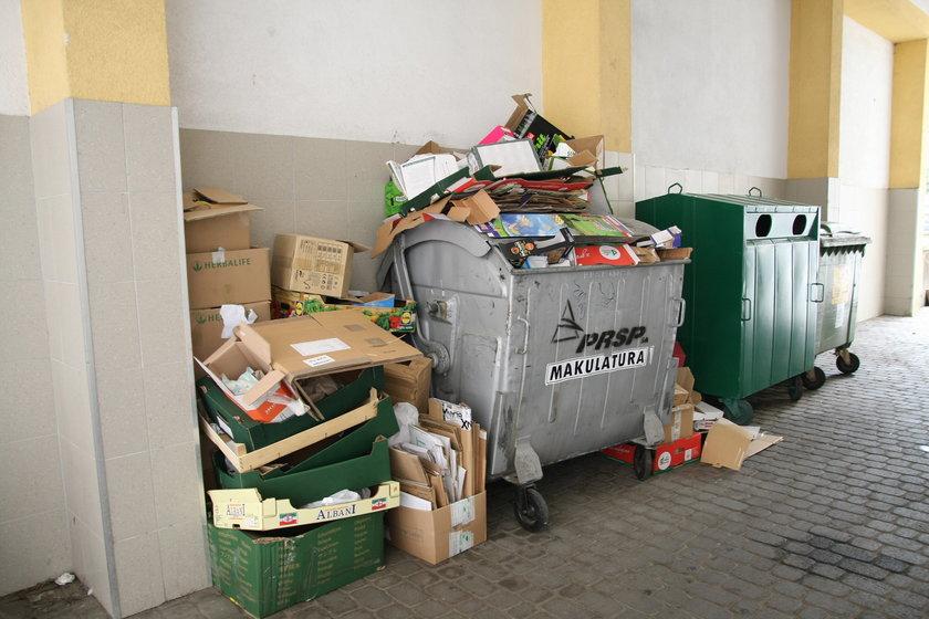 Śmieci wysypują się z pojemników