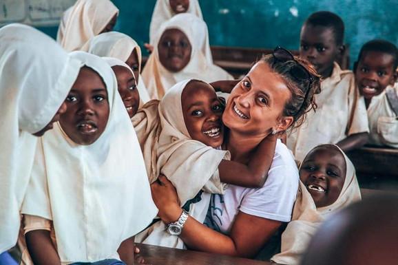 Maja sa afričkom decom
