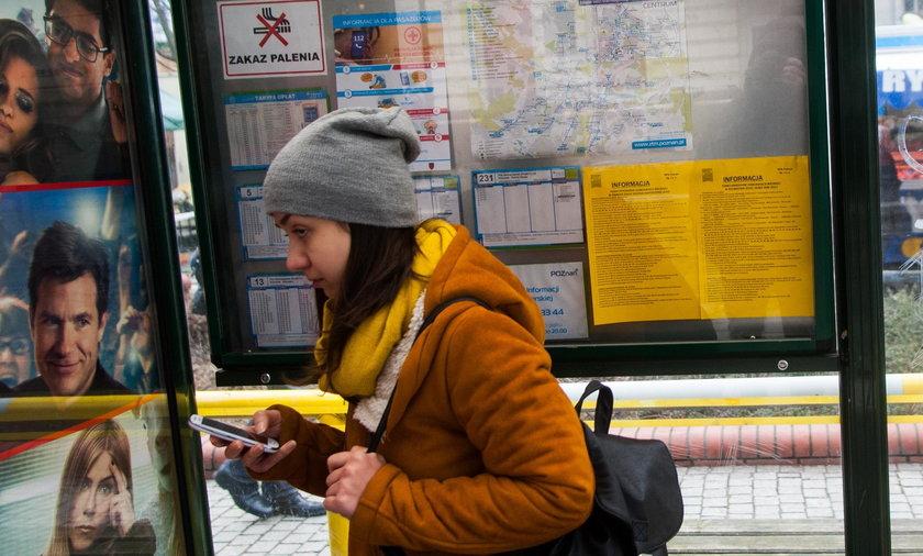 Instrukcje ratowania życia pojawiły się na przystankach w Poznaniu