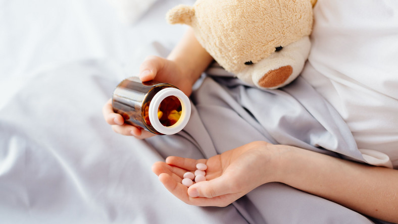 Dziecko bierze leki