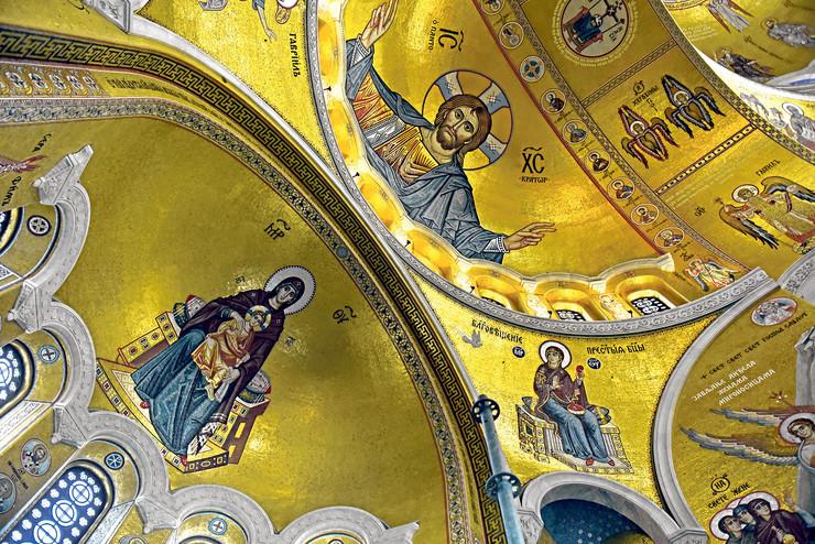 Na grandioznom mozaiku Isus je predstavljen delom figure čiji je raspon ruku 17,2 metra, a glava čak četiri metra
