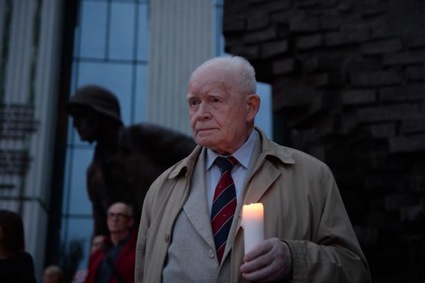 Były pierwszy prezes Sądu Najwyższego i były przewodniczący Trybunału Stanu Adam Strzembosz w czasie protestu przed Sądem Najwyższym