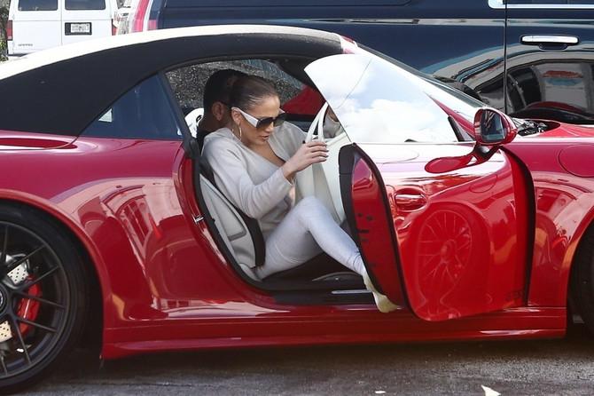 Dženifer Lopez u luksuznom automobilu