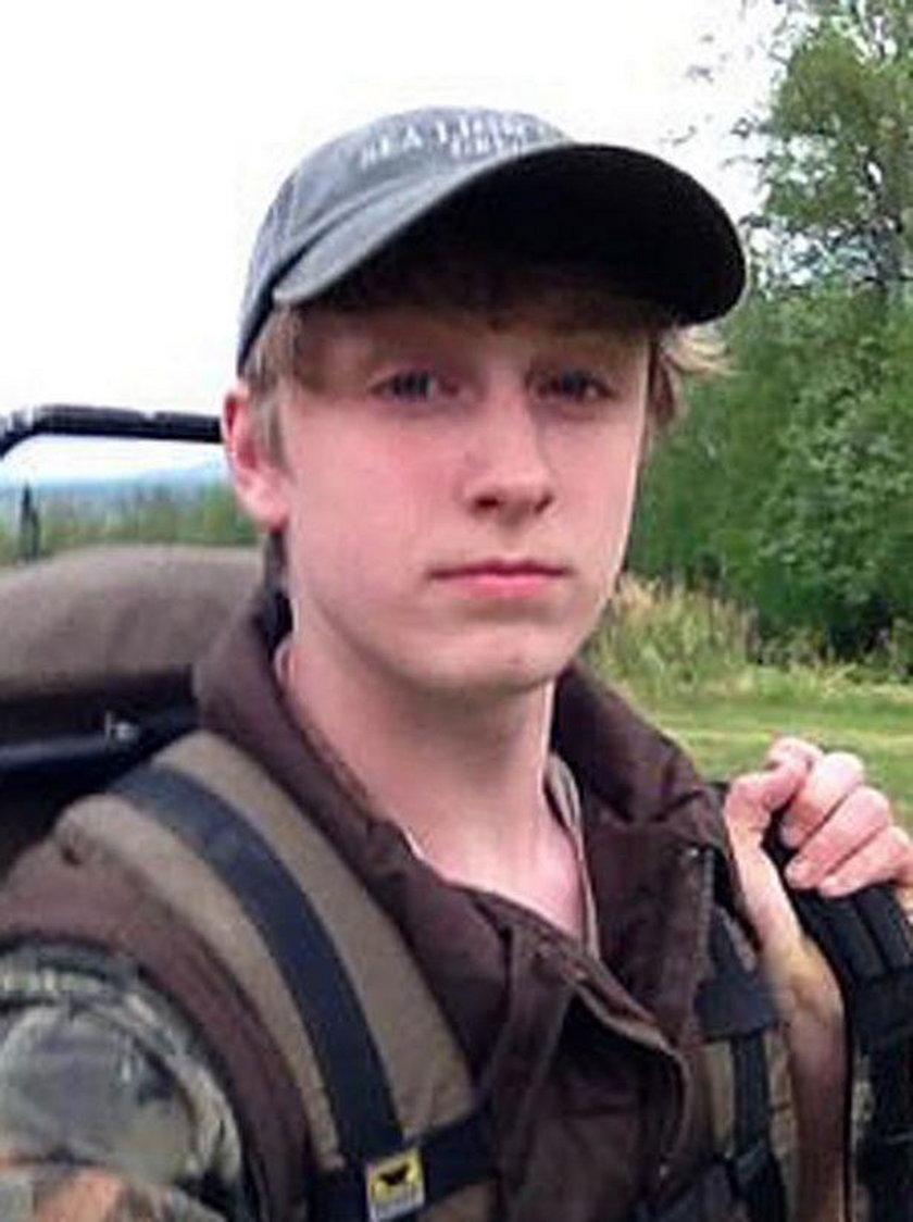Ojciec i jego syn, zostali nagrani na kamerze, jak zabijają czarną niedźwiedzicę i jej dwójkę młodych