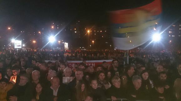 Građani ispred Hrama u Podgorici