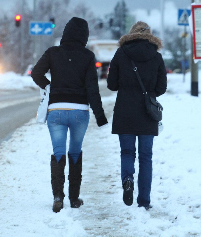 Ludzie na zaśnieżonym chodniku