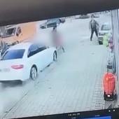 """(UZNEMIRUJUĆI VIDEO!) Majka koju je na pešačkom prelazu pokosio """"audi"""" u teškom stanju, ćerka u šoku, BAHATI VOZAČ UHAPŠEN"""