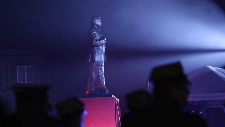 Pomnik Lecha Kaczyńskiego na pl. Piłsudskiego w Warszawie