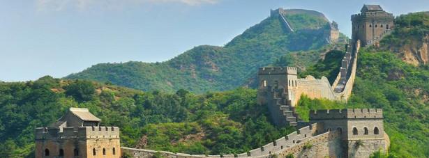 1. miejsce: Wielki Mur Chiński – zbiorcza nazwa systemów obronnych składających się z zapór naturalnych, sieci fortów i wież obserwacyjnych oraz (w najbardziej strategicznych miejscach) murów obronnych z ubitej ziemi, murowanych lub kamiennych, osłaniających północne Chiny przed najazdami ludów z Wielkiego Stepu. W 1987 roku został wpisany na listę światowego dziedzictwa UNESCO, a 7 lipca 2007 ogłoszono go jednym z siedmiu nowych cudów świata.