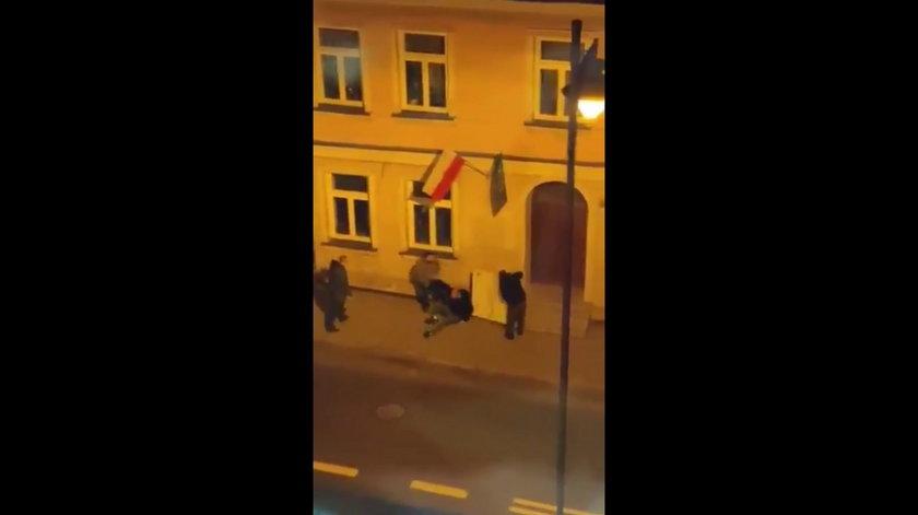 Białystok. Pijani mężczyźni chcieli zabrać tablicę z biura Tomasza Frankowskiego
