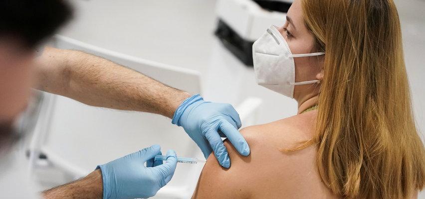 Kobiety twierdzą, że po przyjęciu szczepionki urosły im piersi