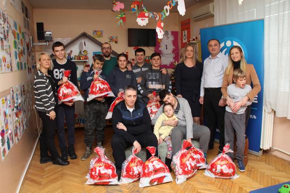 Druženje darodavaca i domaćina prilikom uručenja novogodišnjih paketića deci u Vranju