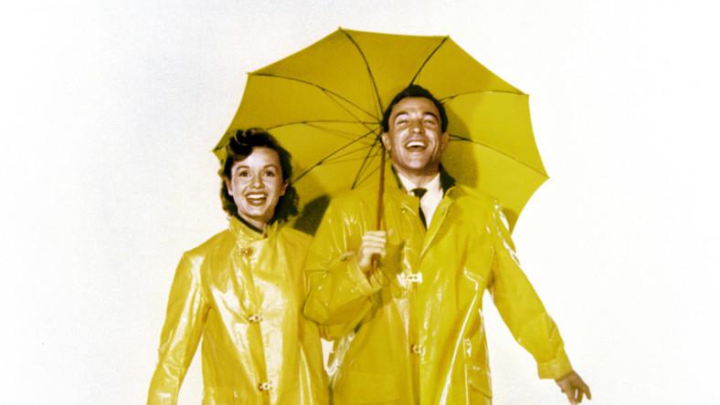"""""""You've seen one, you've seen them all"""", """"Widziałeś jeden film, to tak jakbyś widział już wszystkie"""", mówi w jednej ze scen bohaterka grana przez Debbie Reynolds. Jej słowa dziś być może są bardziej aktualne niż pod koniec lat 20. ubiegłego wieku, gdy toczy się akcja filmu. Gdy spośród taśmowo produkowanych hollywoodzkich produkcji coraz trudniej wyłowić wartościowe filmy, warto sięgać po takie perły jak film Stanleya Donena i Gene'a Kelly'ego"""