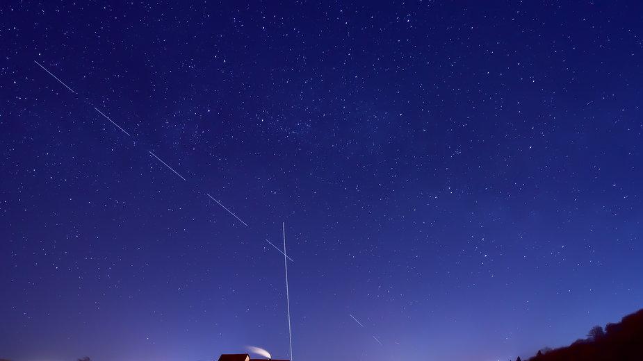 """Przelot satelitów Starlink tworzących """"kosmiczny pociąg"""""""