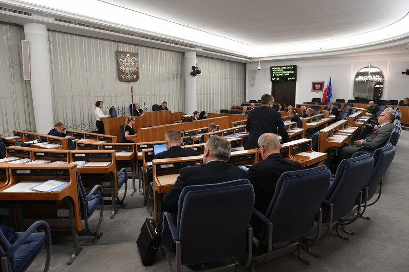 Senat nie śpieszy się, by obniżyć pensje politykom