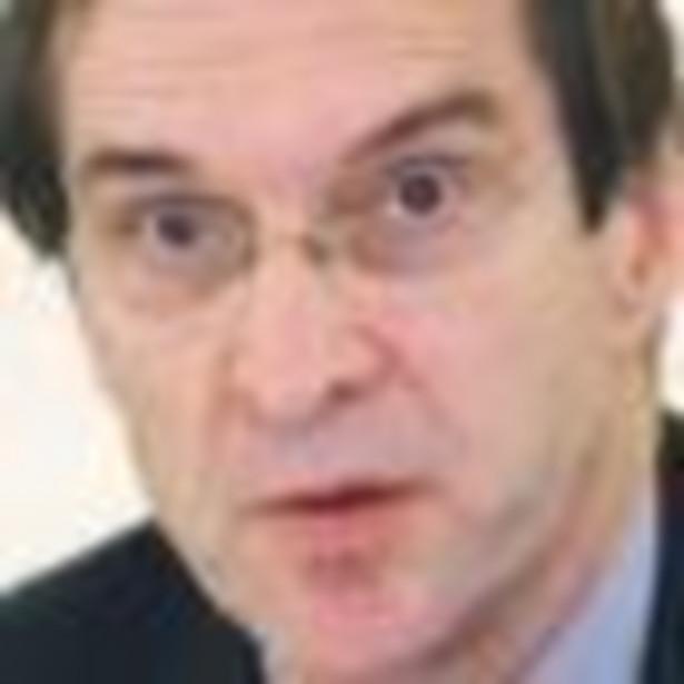 David Ensor, ponad 30 lat był korespondentem, współpracował z CNN i ABC News. Członek amerykańskiej Rady Stosunków Międzynarodowych. Z wyróżnieniem ukończył Uniwersytet Kalifornijski w Berkeley, gdzie studiował historię Europy. Odznaczony Krzyżem Kawalerskim Orderu Zasługi Rzeczypospolitej Polskiej przez Prezydenta RP.