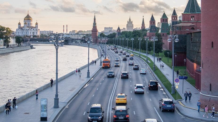 Moskwa. Po prawej mury Kremla