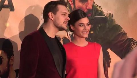 Miloš Biković se pojavio na premijeri filma sa devojkom, a prisutne je oduševio kada je uradio OVO! (VIDEO)