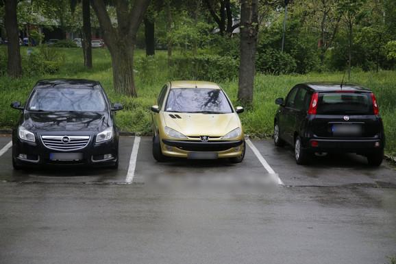Automobil Lukinih roditelja na parkingu