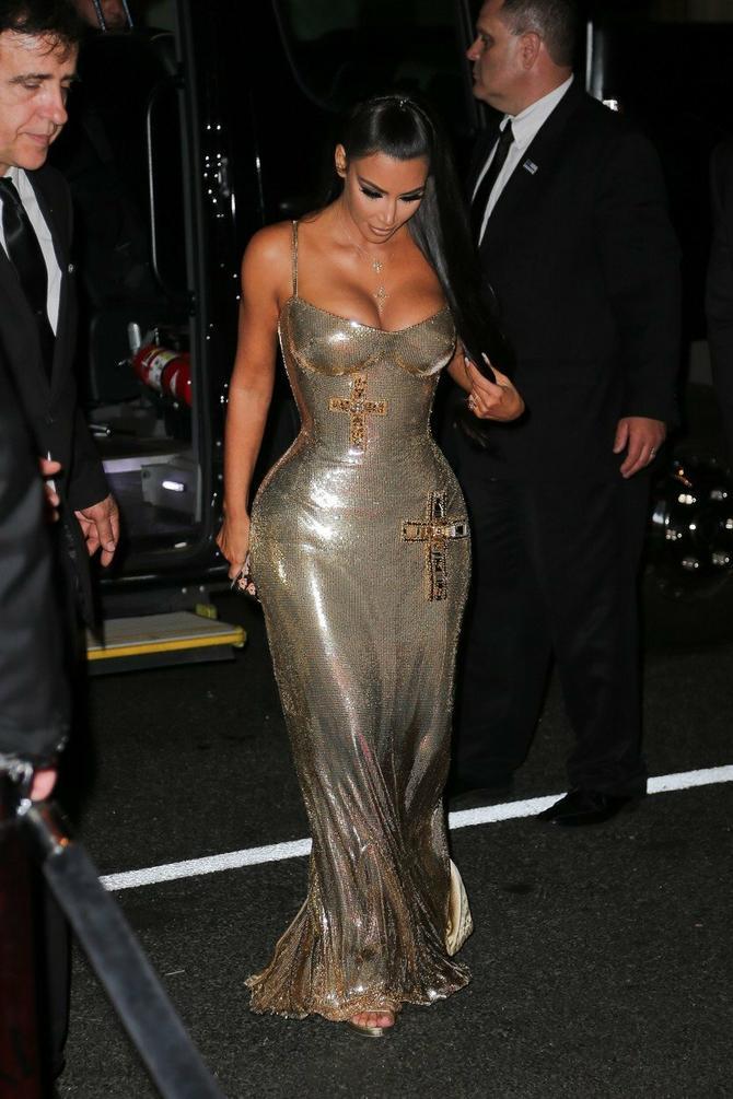 Ne postoji dan da Kim izađe na ulicu, a da se oko nje ne sjati gomila fotografa