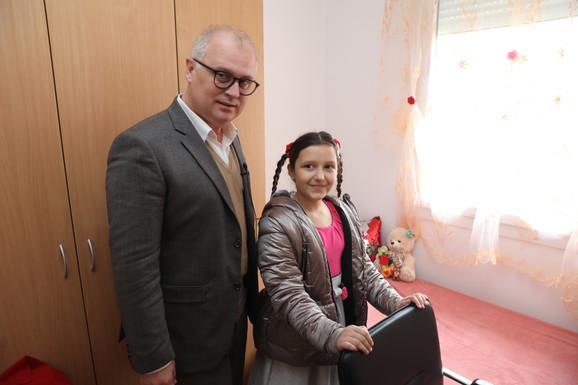 Sara Mitrović pokazuje svoju sobu zameniku gradonačelnika Beograda Goranu Vesiću