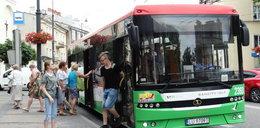 """Pasażerowie """"trójki"""" skarżą się na tłok w autobusach: """"Jeździmy ściśnięci jak śledzie"""""""