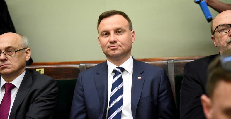 Kandydat PiS na urząd prezydenta RP, Andrzej Duda, słucha wystąpienia ministra spraw zagranicznych Grzegorza Schetyny