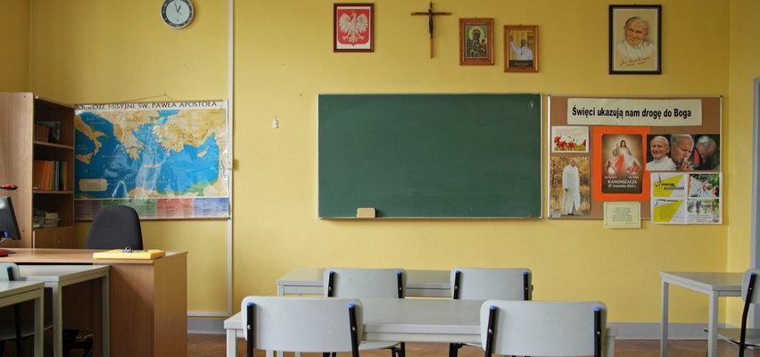 Dyrektor wzywa rodziców na dywanik. Muszą się tłumaczyć, dlaczego ich dzieci nie chodzą na religię. Kurator stawia sprawę jasno